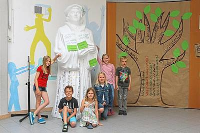 Kinder vor der Martin Luther Figur